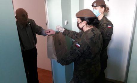 Terytorialsi dostarczają świąteczne paczki weteranom